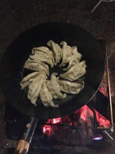 焚き火フライパンで餃子 (1)