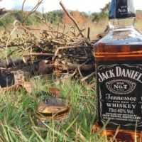 秋のキャンプこそ焚き火とウィスキーが至高 美味いおつまみも作れば究極な楽しさに!