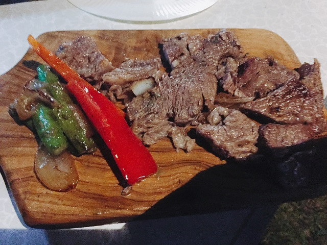 オリーブの木のまな板でステーキ