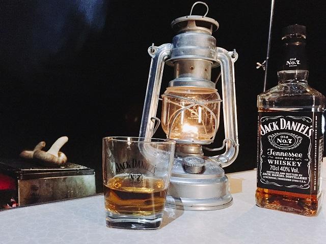ウィスキーとフュアーハンドランタン