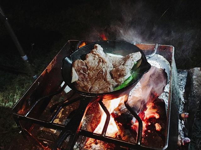 五位キャンプ場で焚火調理を堪能