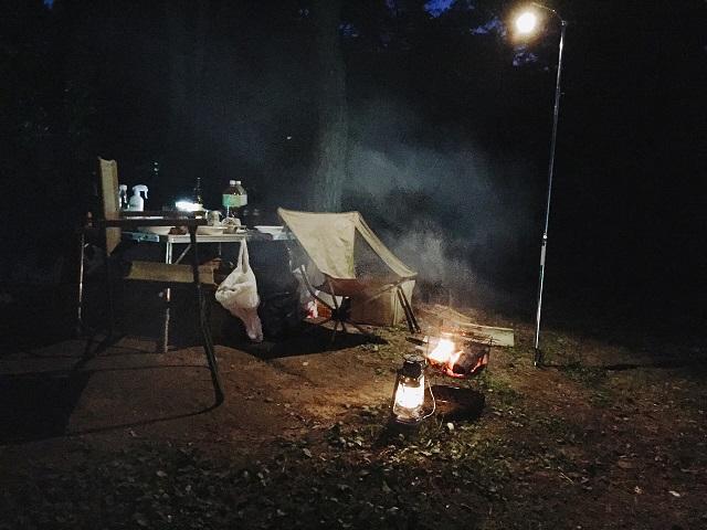 夜のキャンプでランタン1