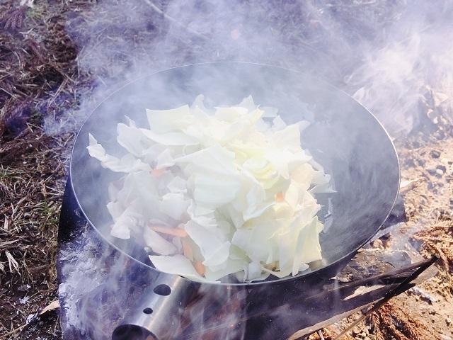 焚き火フライパンで料理