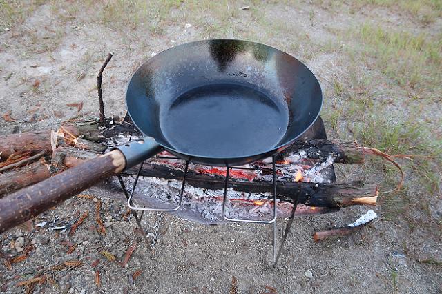 ブッシュクラフトの焚き火フライパン