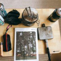 部屋に芝生を敷いておうちキャンプを盛り上げる簡単DIY!