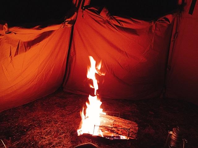 レンコンテントで焚き火1