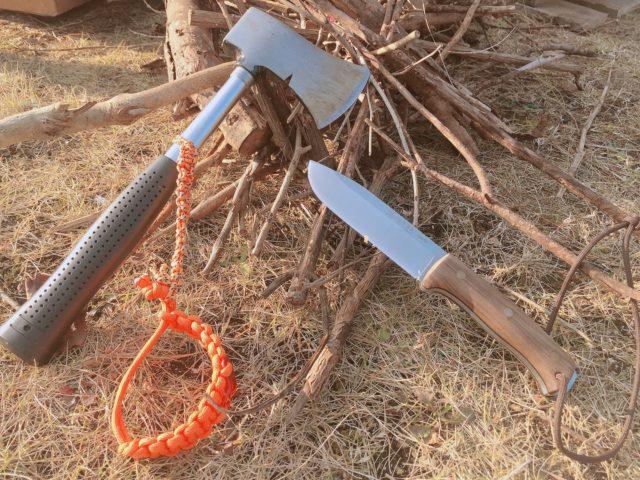 キャンプ用斧とナイフ