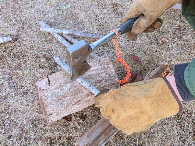 キャンプ用斧でブッシュクラフト
