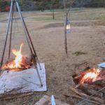 木の枝ランタンポールと焚火