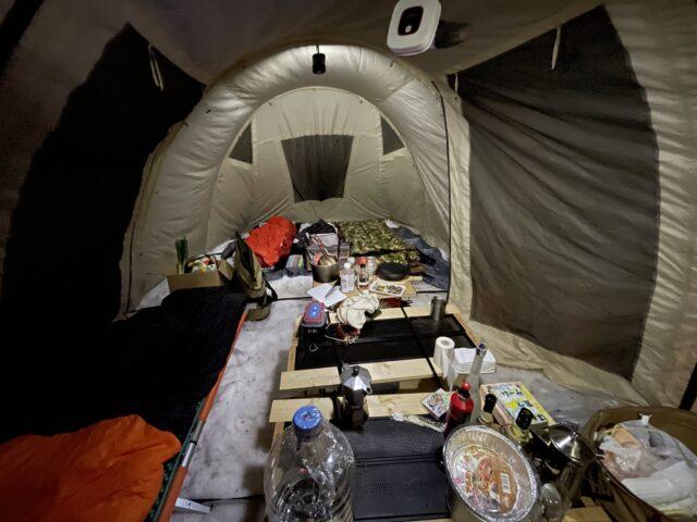 広いテントの中