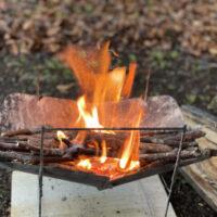 ソロキャンプに軽量なコンパクトで大きな薪も乗せれる焚き火台4選!